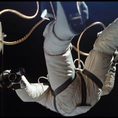 Falling Astronaut - amazing photos taken by the astronauts of the Project Gemini space program - the second human spaceflight program of NASA Space Pioneers, Project Gemini, Nasa Space Program, Air And Space Museum, Air Space, Space Center, The Right Stuff, Space Race, Man On The Moon