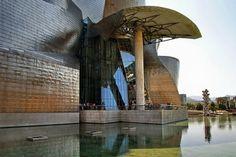 Museu Guggenheim Bilbao, na cidade basca de Bilbao – Espanha, projectado pelo arquitecto Frank Gehry