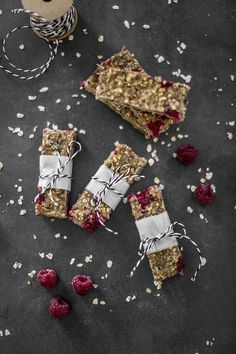 Mit Quinoa von Tipiak lassen sich unter anderem diese Frühstücks Energieriegel mit Quinoa und Himbeeren zaubern. Leichtes Frühstück oder als Snack Zwischendurch. Gesunder Snack, perfekt für den Sport und fürs Büro. Quinoa Himbeer Riegel werden gebacken und sind ein köstlicher Snack
