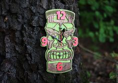 Купить или заказать Часы настенные Тики II в интернет-магазине на Ярмарке Мастеров. Первые жители Гавайев прибыли на острова из Полинезии примерно тысячу лет назад, принеся на Гавайи свою культуру и обычаи. Многие боги Гавайев и Полинезии были представлены своими статуями тики. Словом «тики» обозначаются разные виды идолов, от церемониальных статуй племени Маори (Новая Зеландия) и до вырезанных из древесины моа фигур на острове Пасхи и современных статуй с Гавайев.