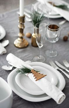 Love this holiday place setting, with its mix of naturals, gold and wood.