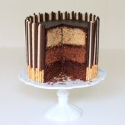 Triple layer cake au chocolat et aux mikado - www.puregourmandise.com