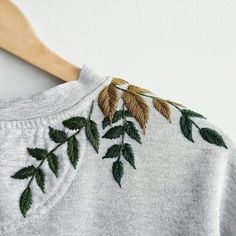 Flower Embroidery Designs, Hand Embroidery Stitches, Embroidery Hoop Art, Simple Embroidery, Hand Stitching, Embroidery On Clothes, Embroidered Clothes, Embroidery Fashion, Embroidered Leaves