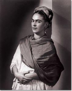 La pintora y el fotógrafo, Frida Kahlo y Nickolas Muray, amantes y amigos desde que se conocieron en 1931 hasta la muerte de ella en 1954. Frida fotogénica, muchas de las imágenes icónicas de la artista mexicana fueron tomadas por el húngaro. Cientos de ellas son de la estancia de Frida en Nueva York. Murray exprimió los colores de las vestimentas mexicanas de la pintora y congeló cuadros que permanecen intactos 70 años después. Frida y Nick, una historia de amor por contar.