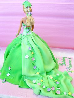 Back of the Fairy Barbie Cake ~ beautiful! For my niece Bolo Barbie, Barbie Cake, Barbie Dress, Barbie Doll, Baby Cakes, Girl Cakes, Fondant Cakes, Cupcake Cakes, Fruit Cakes