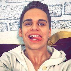 Be yourself. Evolve. Grow. Adapt. But don't change.  Heute vlogge ich exklusiv auf Snapchat. Verpass das nicht und folge mir @mschaudig   #smile #selfie #boy #youtuber #video #snap #snapchat #vine #comedy #smile