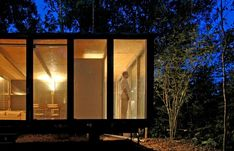 Casa na Mata is a simple small house set in São Paulo, Brazil. The house has been designed by the architecture firm Nitsche Arquitetos, who took Light Architecture, Architecture Design, Osb Wood, Small House Exteriors, Shelter Design, Slash, Winter Cabin, House Deck, Steel House
