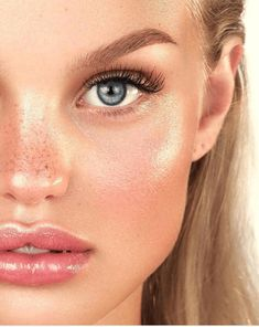 In recent months, sliced eye makeup has dominated social media – and we are not surprised. Makeup fans around the world have proven that you Eye Makeup, Beauty Makeup, Hair Makeup, Hair Beauty, Drugstore Beauty, Make Up Looks, Blonde Hair Freckles, Blonde Hair Blue Eyes, Lipgloss