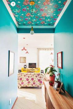 Na casa de Elis Gonçalves, m uitas c o res e es p í r i to v i ntage alegre . Deco Turquoise, Interior Decorating, Interior Design, Deco Design, Funky Design, Home And Deco, House Colors, Interior Inspiration, Diy Home Decor