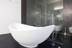 Zwarte gietvloer in moderne badkamer