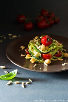 Zucchini spaghetti with chickpeas, seeds and roasted tomatoes_unavegetarianaincucina.it