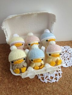 Poussins crochet - another pic on the site shows them wearing toques with bunny ears!
