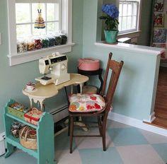 O espaço para costura não precisa ser grande. Mesmo pequeno, pode ser organizado e um charme