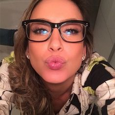 Claudia Leitte postou uma foto em seu Instagram usando este modelo preto de acetato com formato quadrado. A aposta cai bem para o tipo de rosto triangular da cantora
