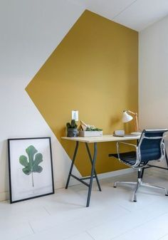 deux peintures pour réveiller l'intérieur blanc, espace bureaux moderne en blanc et ocre jaune doré