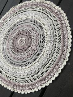 crochet mandala pattern Free queen pattern, part 1 of 3 Crochet Rug Patterns, Crochet Mandala Pattern, Crochet Circles, Crochet Doilies, Dress Patterns, Thread Crochet, Crochet Yarn, Crochet Hooks, Crochet Coaster