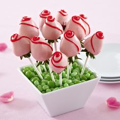 Chocolate-Dipped Strawberry Roses For Mother's day or Weddings Edible Fruit Arrangements, Edible Bouquets, Edible Flowers, Chocolate Dipped Strawberries, White Chocolate Chips, Party Deco, Strawberry Flower, Pampered Chef Recipes, Almond Bark