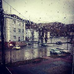 """просто фото """"День тридцать первый #100happydays  Сегодня на улице грустно мокро и очень холодно. В связи с этим подумалось мне что дождь это конечно не снег но  возможно лучше бы снег . Высказывание в духе мэраКиеваКличко  А еще я вот о чем хочу высказаться. В эти дни в чудесном городе Мурманске проходит кубок России по бодибилдингу. В ленте мелькает много фотографий с похожими пейзажами. Море сопки серое небо серые дома грязный тающий снег и прочие  прелести смены времен. У нас тоже самое…"""