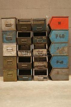 Stoere ijzeren stapelbakken: industrieel brocante. Leuk op een jongenskamer maar ook voor mijn eigen werkkamer. Te koop bij www.old-basics.nl