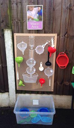 Wasserspiele für draußen.  Mit Trichtern und Bechern für nassen Spaß. - Modern Design