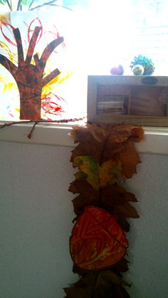 Herfsthoekje,  Ochtendje in het bos rennen en zoeken naar herfstspulletjes. Deze vervolgens gezellig samen verven. Boombladeren op de foto links boven zijn gestempeld met behulp van je wc-rolletje.  Slinger gemaakt van Amerikaans eikenblad, bladeren dubbelvouwen en aan elkaar bevestigen door middel van de steeltjes.