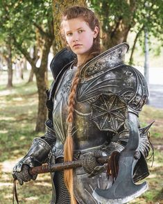 Here are some new photos of UK cosplayer Phoebe ( looking ultra badass in a dark suit of armour & wielding the axe! The suit of armour was created by the legend himself Terry English Photography Credits: & . Inspiration Drawing, Character Inspiration, Character Art, Female Armor, Female Knight, Female Warrior Costume, Renaissance, Medieval Armor, Medieval Fantasy