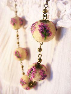 """""""De dimineață"""" înseamnă bijuterii din lână împâslită vopsită cu plante și brodate (coliere, inele, broșe). Bijuteriile sunt realizate de Diana Călin. Embroidery Jewelry, Textile Jewelry, Diy Embroidery, Roving Wool, Wool Felt, Recycled Jewelry, Diy Jewelry, Felt Bracelet, Felt Ball"""