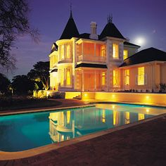 VICTORIA HOUSE, Kenilworth, Cape Town - Centrally located exquisite Victorian guest house and conference centre. Seven exclusively furnished suites with Satellite TV, telephone, internet connection, minibar, safe and underfloor heating. Large swimming pool.