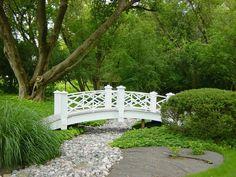 Романтичная композиция: белый мостик над сухим ручьем. Для оформления части берега сухого ручья использован базальтовый плитняк