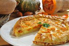 La Torta Salata Zucca e Speck è un gustosissima torta rustica dal sapore autunnale che potete preparare come antipasto oppure come stuzzichino per l'aperitivo.