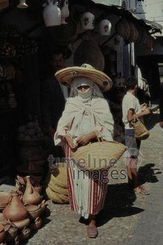 Marokannerin in Tetuan, 1962 Czychowski/Timeline Images #1960 #60er #60s #Marokko #Morocco #Markt #Märkte #Korb #Schleier #Hut #Kleidung #Frau #Medina