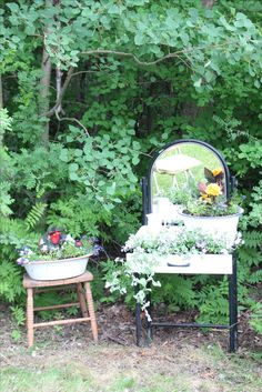 Old vanity from the dump and old pans from the shop Old Vanity, Everyday Items, Outdoor Furniture, Outdoor Decor, Make It Yourself, Shop, Flowers, Photos, Home Decor