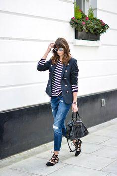 look perfeito para o dia a dia: jeans, t-shirt listrada, blazer com botões dourados esapatilhas com amarrações: casual chic!