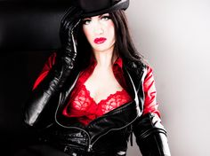 Woman i red and black leather
