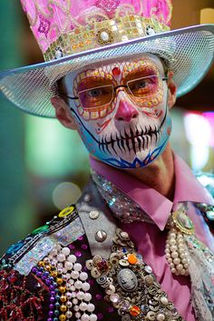 Ideas for our day of the dead festival in May Candy Skulls, Sugar Skulls, All Souls Day, Dead Makeup, Day Of The Dead Art, Perfect Day, Sugar Skull Makeup, Bizarre, Mexican Art