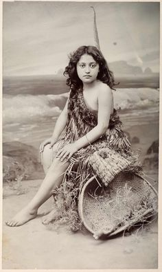 Maori are the indigenous people of Aotearoa New Zealand. Contemporary Maori culture has been shaped by the traditions of its rich cultural heritage. Old Photos, Vintage Photos, Polynesian People, Maori People, Anthropologie, Indian Photoshoot, Maori Designs, Maori Art, People Of The World