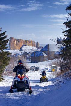 Pour accéder à Percé à motoneige, vous devrez sortir de la Trans-Québec 5 en empruntant un sentier local de 20 km. Vous trouverez une station d'essence à Barachois (à l'est) et à Grande-Rivière (à l'ouest). En arrivant à Percé, vous serez sur la route d'Irlande. Traversez la route des Failles et vous arriverez au cœur du village. Photo : CHOK Images. Station Essence, Dirt Bikes, Atv, Comebacks, Mount Everest, Photos, Images, Mountains, Nature