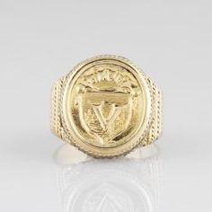 Bague chevalière en or jaune armorié et diamants taillés en rose
