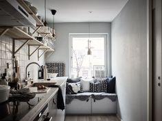Kitchen with window seat Kitchen Interior, Home Interior Design, Window Seat Kitchen, Window Seats, Cozy Kitchen, Nice Kitchen, Kitchen Ware, Gravity Home, Kitchen Styling