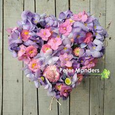 #afscheidsbloemen  #rouwhart #hart  www.petermanders.nl #Lemmer  #funeral #uitvaart #viola #bellis #bloemen