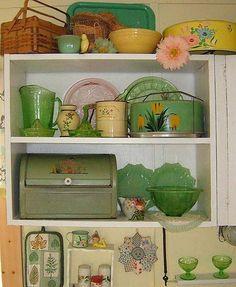 vintage vintage kitchen look Vintage display Look Vintage, Vintage Tins, Vintage Dishes, Vintage Green, Vintage Decor, Vintage Antiques, Retro Vintage, Vintage Ideas, Vintage Hutch