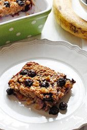 skinny-baked-oatmeal-with-blueberries-and-bananas