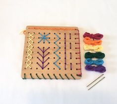 Sewing Board - Embroidery Board - Waldorf Handwork - Basic Stitches - From Jennifer - Handarbeit Sewing Basics, Sewing For Beginners, Sewing Hacks, Sewing Projects, Basic Sewing, Sewing Tutorials, Sewing Stitches, Sewing Patterns, Sewing Courses
