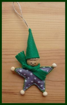 Lutin de Noël à accrocher ou à poser réalisé à l'aide de tissu ,feutrine et boule en bois