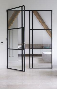 Mooi lijnenspel voor deur woonkamer naar eetkamer en glazen tussenwand boven
