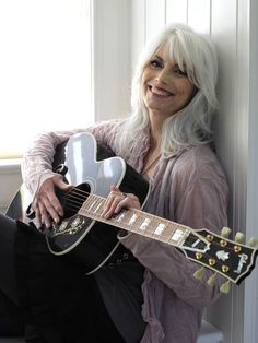 Emmylou Harris is a popular American singer and writer. have a look at Emmylou Harris Hairstyle 2017 Hair Color photos pictures images with hair color Beautiful Old Woman, Beautiful People, Beautiful Voice, Long Gray Hair, Grey Hair Bangs, Emmylou Harris, Ageless Beauty, Going Gray, Aging Gracefully
