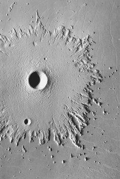 Cratère d'impact entouré d'éjectas érodés par les vents martiens. Image réalisée à partir d'émissions thermales. Sonde spatiale Mars Odyssey ©NASA/JPL-Caltech/ASU