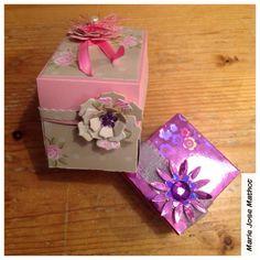 Restmateriaal karton met mooi dessin, toch een doosje maken? Gebruik effen karton en beplak met restmateriaal. En Van de kleine stukjes een bloem.