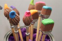 A Casa Dez + Docices vem com a ideia de levar temas inusitados para as festas dos pequenos. Para o evento, eles criaram uma mesa bem colorida e divertida inspirada no artista gráfico Keith Haring! Todos os detalhes, dos potes de tinta aos bonequinhos, são comestíveis! Este é o primeiro trabalho da dupla de uma série sobre o mundo da arte. Vem aí Monet, Frida Kahlo e Miró!