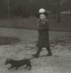 Prinses Juliana aan de wandel met Helga, 1915